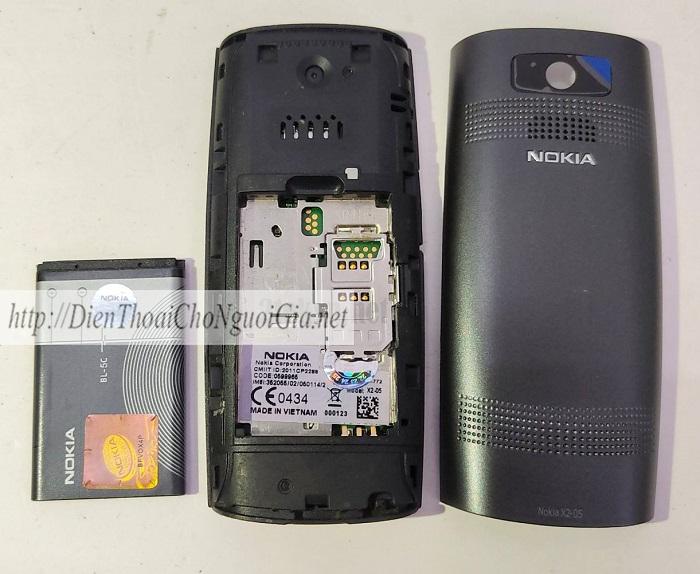 Nokia X2-05 sử dụng loại pin rời BL-5C